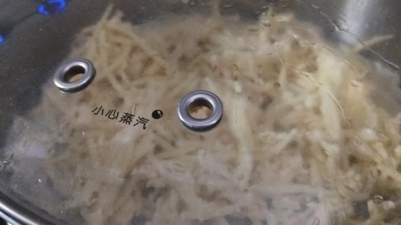 山西美食炒不烂子,然后蒸锅底下铺上笼布,将拌好的土豆上锅蒸10分钟