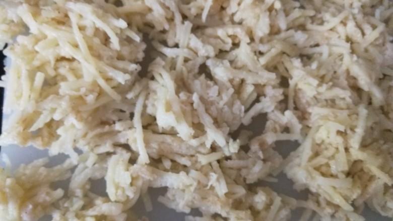 山西美食炒不烂子,土豆不烂子上锅蒸10分钟取出摊开晾凉