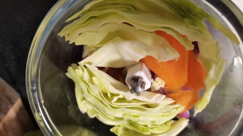 蔬菜鸡肉饼,加入<a style='color:red;display:inline-block;' href='/shicai/ 111'>圆白菜</a>。