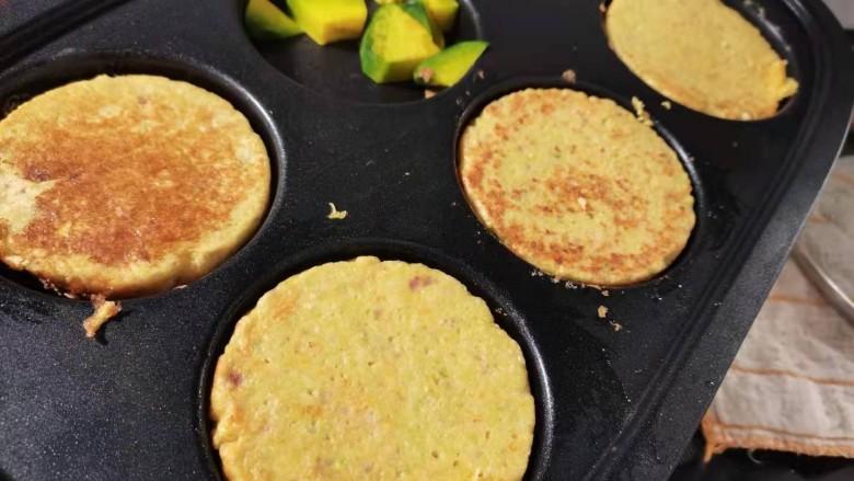 蔬菜鸡肉饼,继续中小火加热,盖上锅盖。