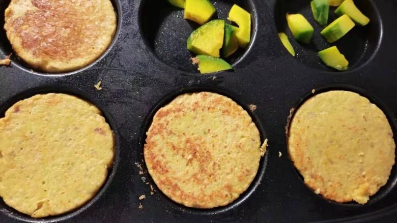 蔬菜鸡肉饼,定型之后翻面儿。