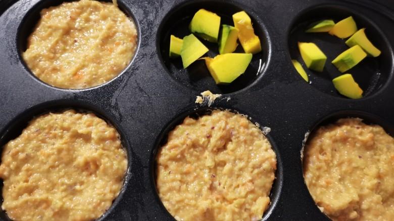 蔬菜鸡肉饼,锅里刷油,放入面糊。
