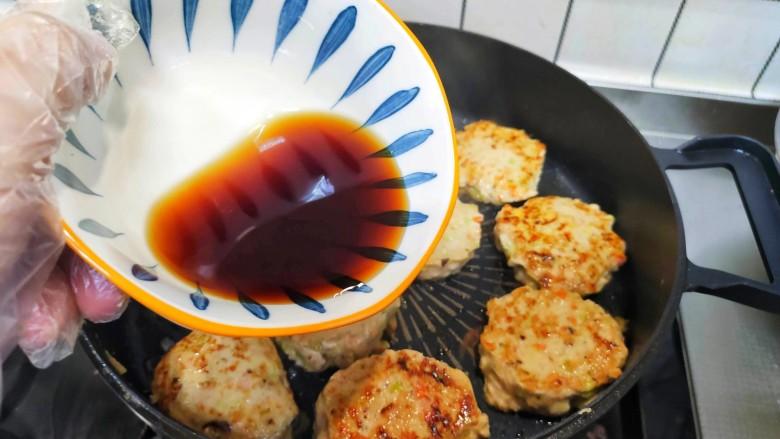 蔬菜鸡肉饼,两面煎金黄,加入料汁,盖上锅盖