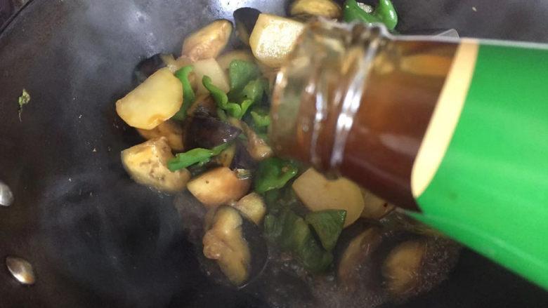 家常地三鲜,滴入两滴耗油,翻炒均匀至入味