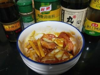 叉烧里脊肉,加入白胡椒,酱油。