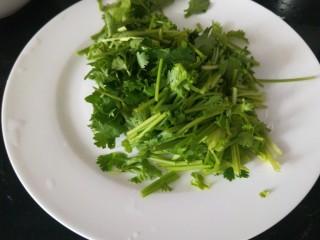 叉烧里脊肉,香菜洗干净切成段放入盆中。