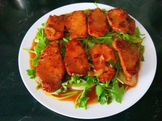 叉烧里脊肉,在把浓汁倒入盘中,这样洋葱香菜更好吃了。