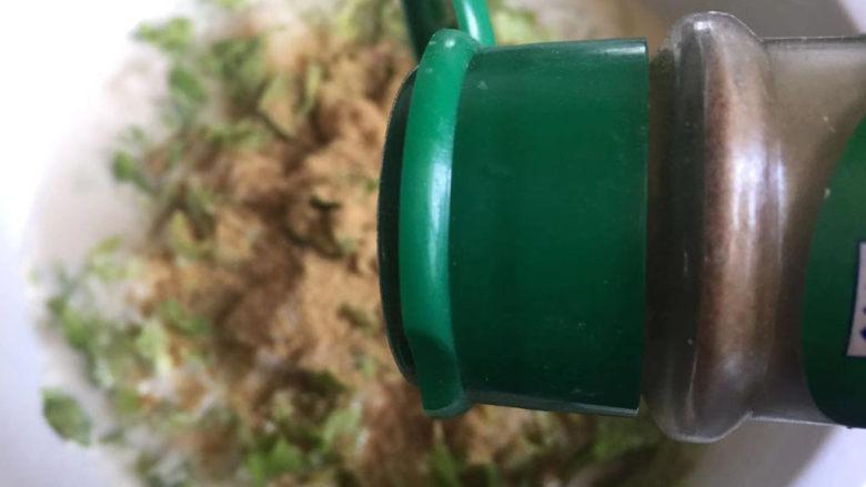 蔬菜鸡肉饼,<a style='color:red;display:inline-block;' href='/shicai/ 146542'>孜然粉</a>