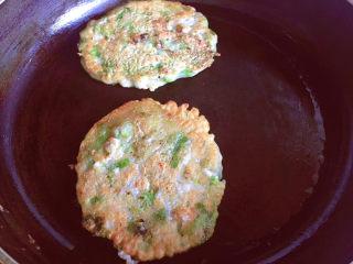 蔬菜鸡肉饼,煎至两面金黄