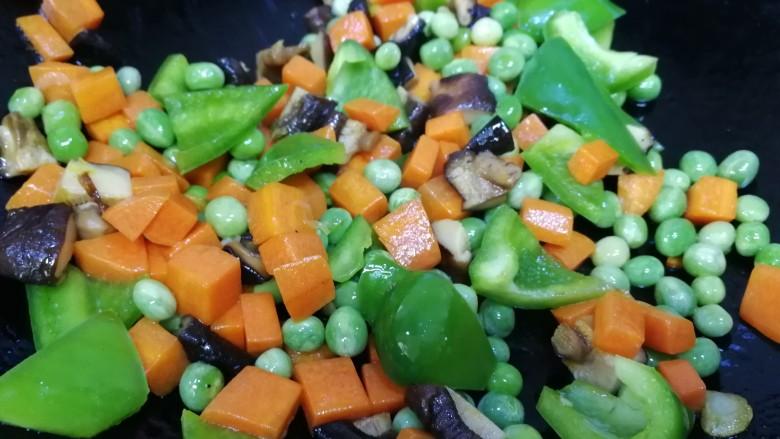豌豆炒胡萝卜,最后放入青椒。