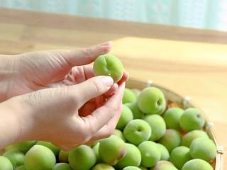 零失败的[青梅酒]和[青梅露]四月美食,收到后不要洗,一个一个挑选,挑选的时候顺手去掉果蒂,先清洗再挑选有些轻微腐烂的果子容易挑不出来
