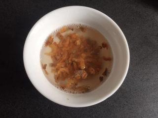 虾皮丝瓜汤,虾用温水泡一下