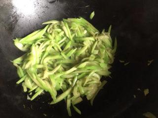 虾皮丝瓜汤,炒软