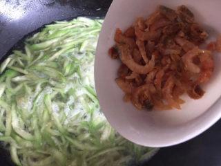 虾皮丝瓜汤,倒入泡好的虾米