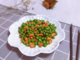豌豆炒胡萝卜,出锅装盘