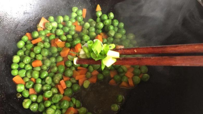 豌豆炒胡萝卜,撒上葱花即可