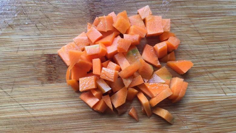 豌豆炒胡萝卜,切小丁