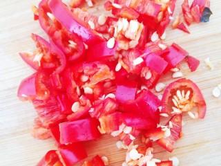 糖醋草鱼,一块红辣椒切丁备用。