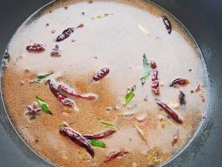 糖醋草鱼,加入适量清水烧开后盛出一碗备用。