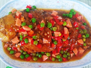 糖醋草鱼,均匀的淋在炖好的鱼上,美味完成。