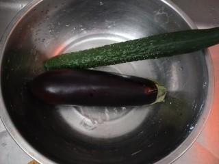 黄瓜茄子,准备黄瓜,茄子各一根。