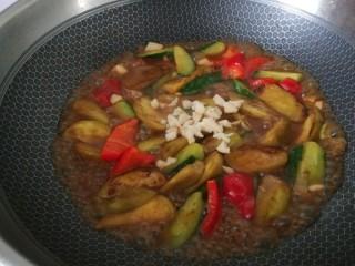 黄瓜茄子,等汤汁收的差不多,出锅前撒一点蒜末