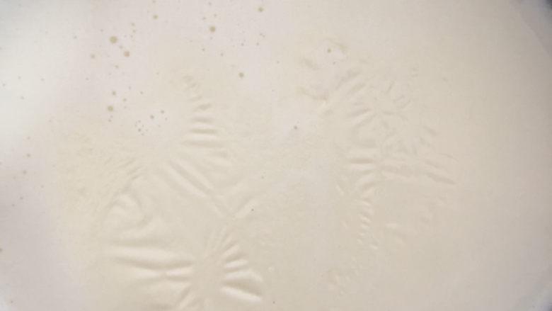 芒果双皮奶,晾-牛奶晾凉至出现一层油脂膜。