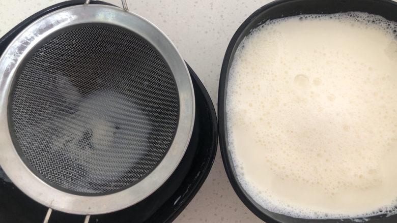芒果双皮奶,将晾好的牛奶倒入鸡蛋清中混合均匀,过滤一下口感会更细腻。