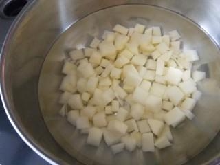 豌豆炒胡萝卜,过水洗净