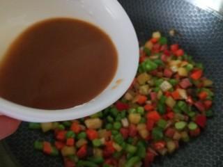 豌豆炒胡萝卜,然后把调好的水淀粉汁倒入,大火翻炒收汁即可