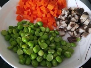 豌豆炒胡萝卜,香菇切丁。
