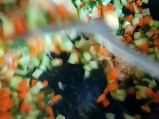 豌豆炒胡萝卜,倒入火腿丁。