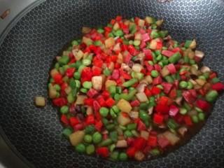 豌豆炒胡萝卜,翻炒均匀。