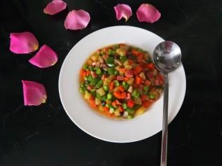 豌豆炒胡萝卜,装盘即可食用。