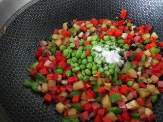 豌豆炒胡萝卜,倒入豌豆,香菇,盐。鸡精炒均匀在用淀粉勾芡即可。