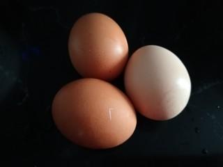 苦瓜摊鸡蛋,准备三个鸡蛋。