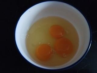 苦瓜摊鸡蛋,打入碗中。