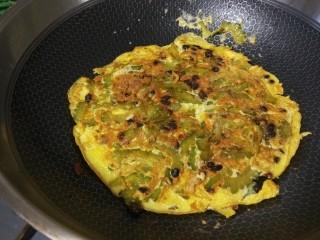 苦瓜摊鸡蛋,颠勺翻面煎一分钟关火。