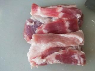 黄瓜酿肉,五花肉去皮洗干净切片。