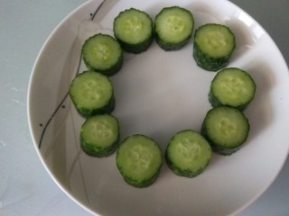 黄瓜酿肉,摆放盘中一圈即可。