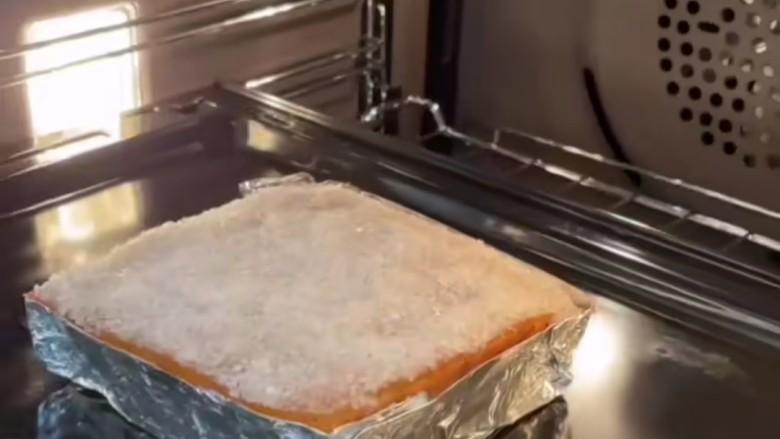 脆皮五花肉,铺上一层海底盐,放入烤箱烤15分钟。