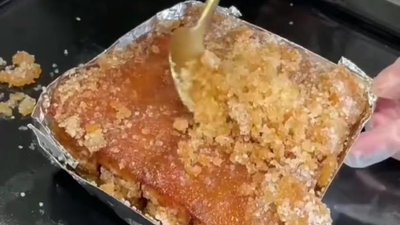 脆皮五花肉,拿出来除去海盐,翻面切成小块,记住不要切断。