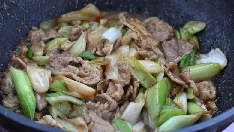 家常炒肉片,然后把调味汁淋入锅中,继续用大火快速翻炒均匀关火即可。