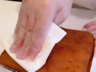 脆皮五花肉,在用纸巾沾去五花肉上的水分。