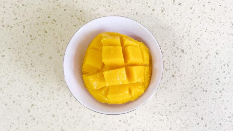 芒果双皮奶,切成花刀,取下芒果颗粒
