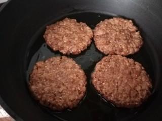 低脂燕麦饼,油热下锅煎