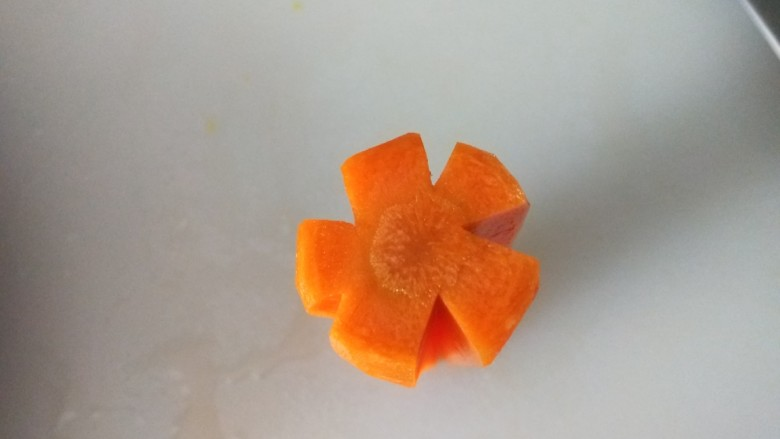 茄汁藕片,胡萝卜用刀刻梅花。