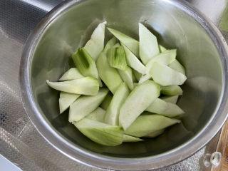 虾皮丝瓜汤➕花蛤虾皮丝瓜汤,丝瓜切滚刀块