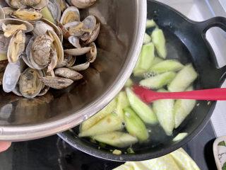 虾皮丝瓜汤➕花蛤虾皮丝瓜汤,加入花蛤,中火煮开