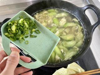 虾皮丝瓜汤➕花蛤虾皮丝瓜汤,撒上少许葱叶末,即可上桌享用了